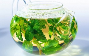 чай из мелиссы в чайнике