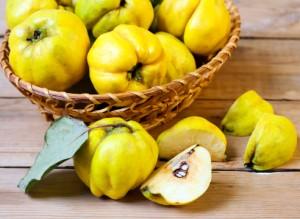 плоды айвы в корзине и в разрезе