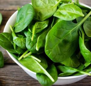 листья шпината огородного в тарелке