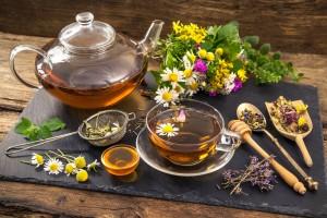 Травяной чай в чайнике и чашке, травы