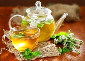 успокоительный травяной чай в чайнике