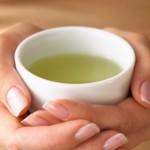чай успокаивающий в чашке в ладонях