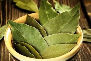 Лавровые листья в пиале