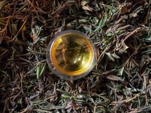 сушеный рододендрон Адамса и чай в чашке