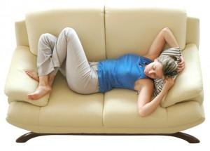 женщина на диване пмс